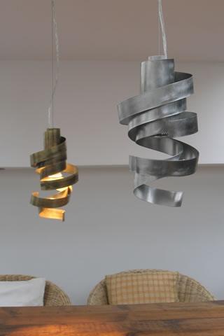 Moderne Hängeleuchten Design : spielerisch anmutende h ngeleuchten in edelstahl und messing ~ Michelbontemps.com Haus und Dekorationen